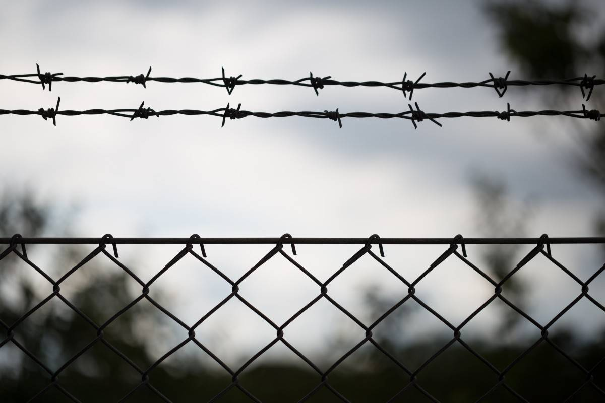 barbwire_protected_no_entry_danger_trespassing_barbed_border_fence-385620.jpg