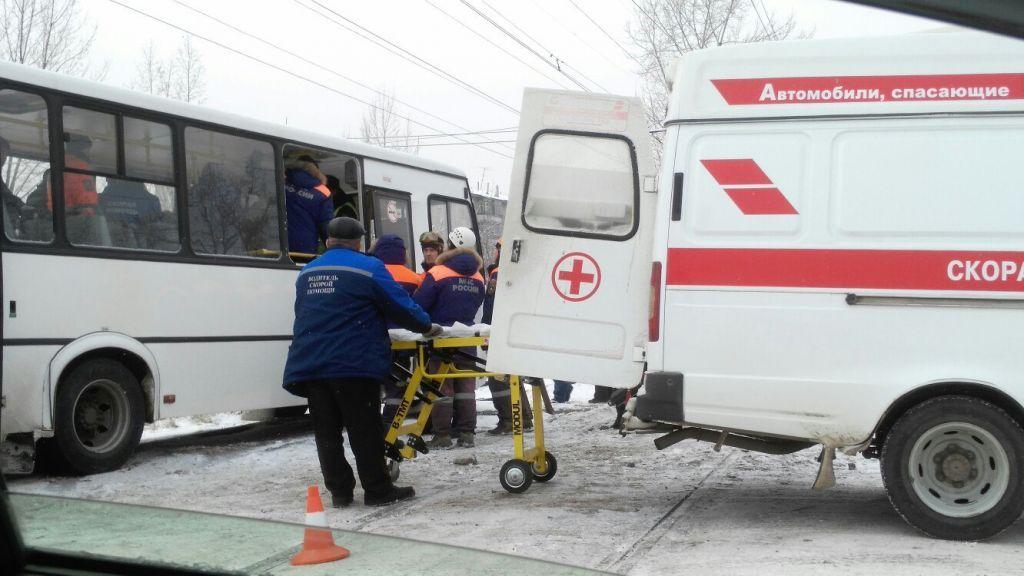 ВКрасноярске наглый шофёр  автобуса выехал нарельсы протаранил трамвай